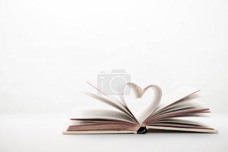 Photo pour Livre avec des pages en forme de coeur sur blanc - image libre de droit
