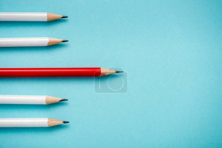 Photo pour Top view of sharpened pencils isolated on blue - image libre de droit