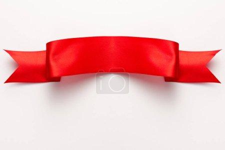 Photo pour Vue du dessus du ruban satiné et rouge sur blanc - image libre de droit