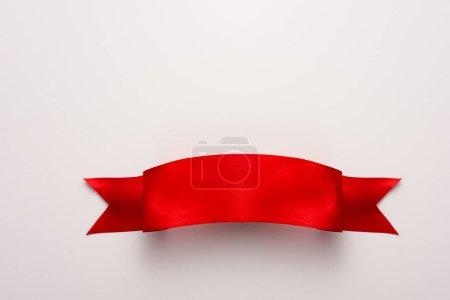 Photo pour Vue du dessus du ruban rouge et satiné sur blanc - image libre de droit