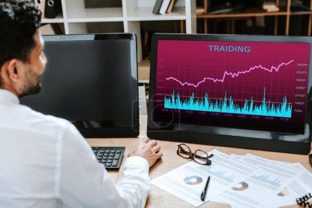 Photo pour Croquis d'un commerçant biracial à l'aide d'un ordinateur avec commerce de lettres - image libre de droit