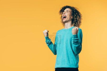 Photo pour Une adolescente excitée montrant un geste positif et hurlant isolée en jaune - image libre de droit