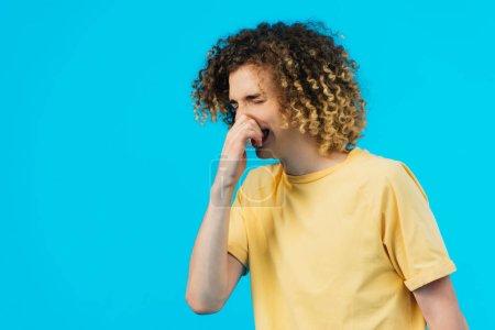 Photo pour Curly adolescent ayant coulé nez isolé sur bleu - image libre de droit