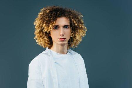 Photo pour Curly adolescent en complet blanc isolé sur vert - image libre de droit