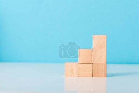 Photo pour Cubes en bois sur bleu avec espace de copie - image libre de droit