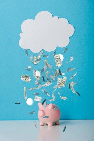 Foto de Banco de peleas rosa cerca de la nube blanca y la caída del dinero en azul - Imagen libre de derechos