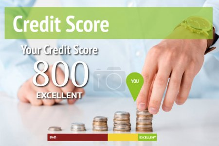 Photo pour Vue recadrée de l'homme touchant pile de pièces près de la valeur des lettres de pointage de crédit sur blanc - image libre de droit