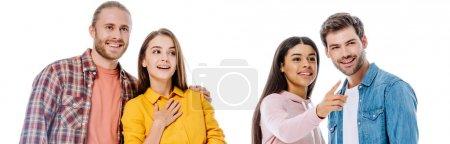 Photo pour Joyeux amis multiculturels parlant et pointant du doigt isolé sur blanc, photo panoramique - image libre de droit