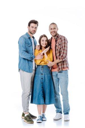 Photo pour Vue pleine longueur de heureux trois jeunes amis étreignant isolé sur blanc - image libre de droit