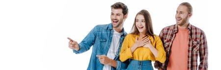 Photo pour Trois jeunes amis rient et pointent du doigt, le doigt isolé sur blanc, photo panoramique - image libre de droit
