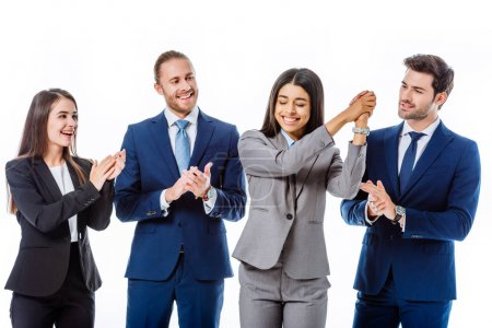Photo pour Heureux hommes d'affaires en costumes applaudissant femme d'affaires afro-américaine isolée sur blanc - image libre de droit