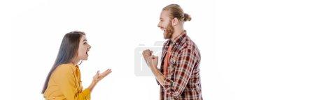 Photo pour Vue latérale du jeune couple heureux en tenue décontractée montrant le geste ouais isolé sur blanc, plan panoramique - image libre de droit