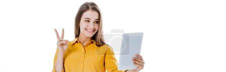 Photo pour Heureuse fille attrayante tenant tablette numérique et montrant signe de paix isolé sur blanc, plan panoramique - image libre de droit
