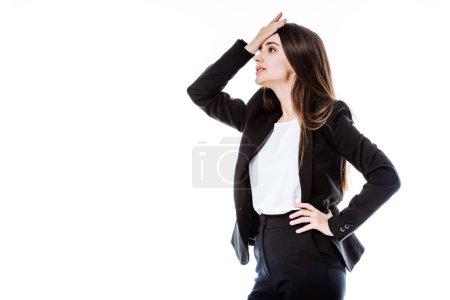 Photo pour Femme d'affaires stressée en costume avec la main sur la hanche toucher la tête isolé sur blanc - image libre de droit