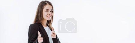 Photo pour Souriant confiant femme d'affaires en costume pointant avec les doigts à la caméra isolée sur blanc, vue panoramique - image libre de droit