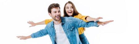 Photo pour Heureux jeune couple en denim avec les bras ouverts isolé sur blanc, panoramique shot - image libre de droit