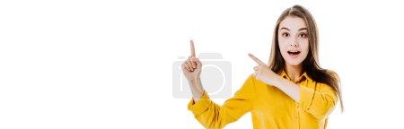 Foto de Sorprendente chica atractiva señalando con los dedos aislados en blanco, tiro panorámico. - Imagen libre de derechos