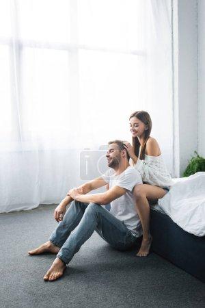 Photo pour Attrayant et souriant femme faire massage de la tête à bel homme - image libre de droit