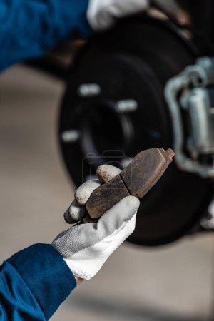 Photo pour Crochet de la plaquette de frein de maintien mécanique près des freins à disque assemblés - image libre de droit