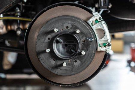 Foto de Close up view of assembled disk brakes with brake caliper - Imagen libre de derechos