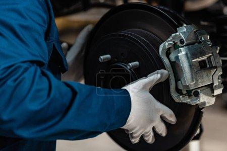 Foto de Vista recortada de la instalación mecánica de frenos de disco en el coche en taller. - Imagen libre de derechos