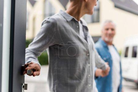 Photo pour Crochet vue d'une femme tenant la main d'un homme et entrant dans une nouvelle maison - image libre de droit