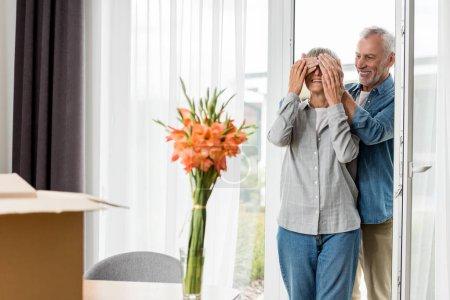 Photo pour Foyer sélectif de sourire homme obscurcissant visage de la femme dans une nouvelle maison - image libre de droit