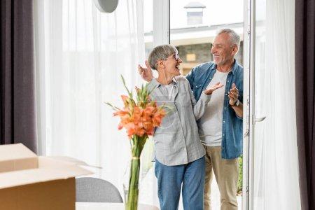 Photo pour Femme choquée regardant l'homme souriant dans une nouvelle maison - image libre de droit