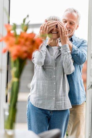 foyer sélectif de sourire homme obscurcissant visage de la femme dans une nouvelle maison