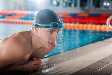 Foto de Hombre guapo en gorra de natación y gafas - Imagen libre de derechos