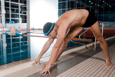 Photo pour Nageur torse nu travaillant près de la piscine - image libre de droit