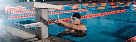 Photo pour Plan panoramique d'un beau nageur faisant de l'exercice dans la piscine - image libre de droit