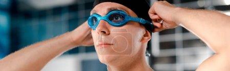 Photo pour Plan panoramique de nageur portant des lunettes - image libre de droit