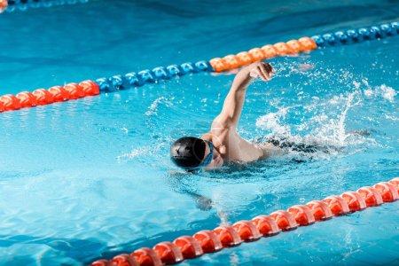 Photo pour Belle formation de nageur dans la piscine - image libre de droit