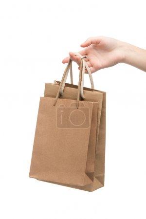Photo pour Vue recadrée de femme tenant des sacs à provisions isolés sur blanc - image libre de droit