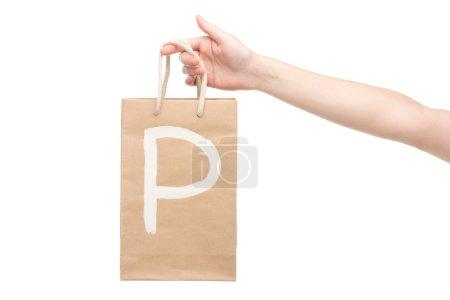 Photo pour Vue recadrée de femme tenant sac à provisions avec lettre p isolé sur blanc - image libre de droit