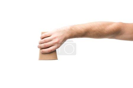 Photo pour Crochet vue d'un homme tenant une tasse de papier isolée sur blanc - image libre de droit