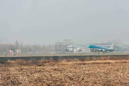 Foto de Avión en pista en campo con cielo nublado a fondo - Imagen libre de derechos