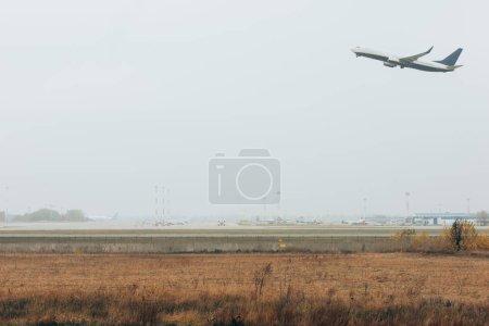 Photo pour Vol départ de l'avion sur aérodrome avec ciel nuageux en arrière-plan - image libre de droit