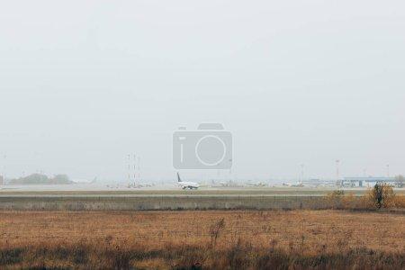 Photo pour Avions sur l'autoroute de l'aéroport dans le champ herbeux - image libre de droit