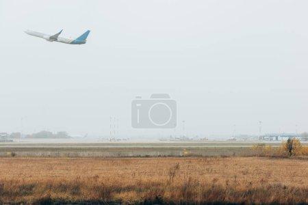Photo pour Départ de l'avion sur aérodrome avec ciel nuageux - image libre de droit