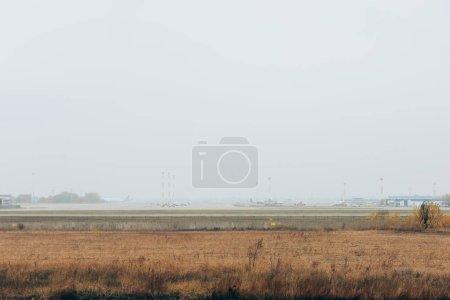 Foto de Planes en campo de aviación con cielo nublado - Imagen libre de derechos