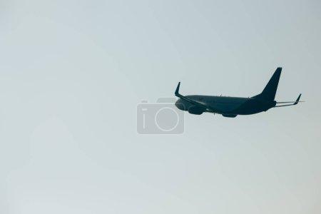 Photo pour Low angle view of jet plane landing in sky - image libre de droit