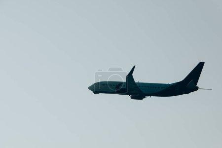 Photo pour Vue à angle bas de l'avion avec ciel en arrière-plan - image libre de droit