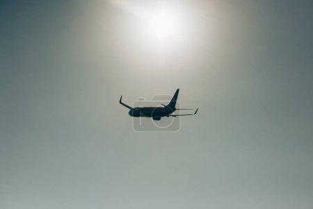 Photo pour Départ d'un avion commercial avec le soleil en arrière-plan - image libre de droit