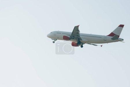 Photo pour Vue à angle bas de l'avion à réaction avec ciel en arrière-plan - image libre de droit