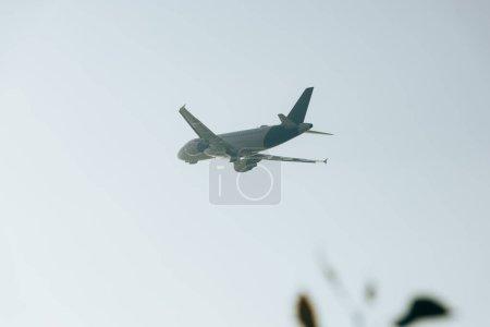 Photo pour Vue à faible angle de l'avion dans un ciel dégagé - image libre de droit