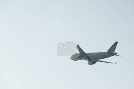 Photo pour Départ de l'avion par ciel dégagé avec espace de copie - image libre de droit