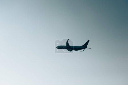 Foto de Vista de bajo ángulo de la silueta de avión en cielo claro - Imagen libre de derechos