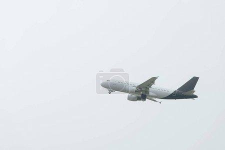 Salida del vuelo del avión con el cielo al fondo